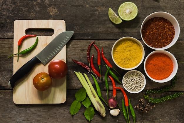 Pikantność z składnikami na ciemnym tle. azjatyckie jedzenie, gotowanie koncepcji