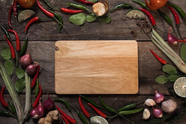 Pikantność z składnikami na drewnianym tle. azjatyckie jedzenie, zdrowe lub gotowanie koncepcji.