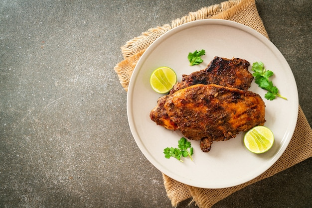 Pikantny grillowany jamajski kurczak jerk - jamajski styl