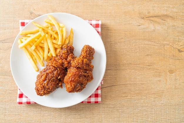 Pikantny koreański smażony kurczak z frytkami