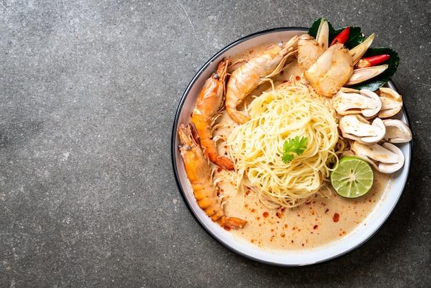 Pikantny krewetkowy makaron spaghetti (tom yum goong)