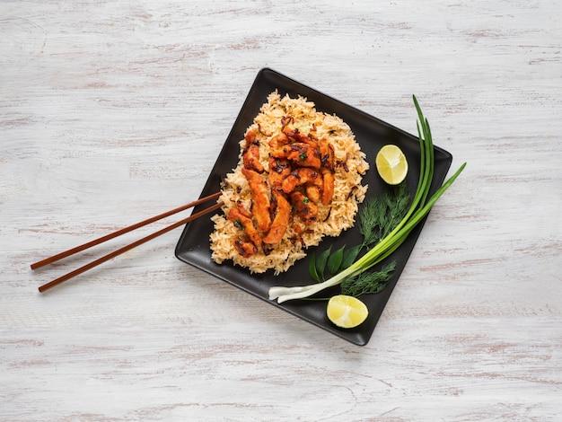 Pikantny kurczak smażony z ryżem basmati. danie z południowych indii