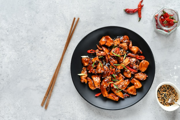 Pikantny kurczak w sosie słodko-kwaśnym z papryką chili.