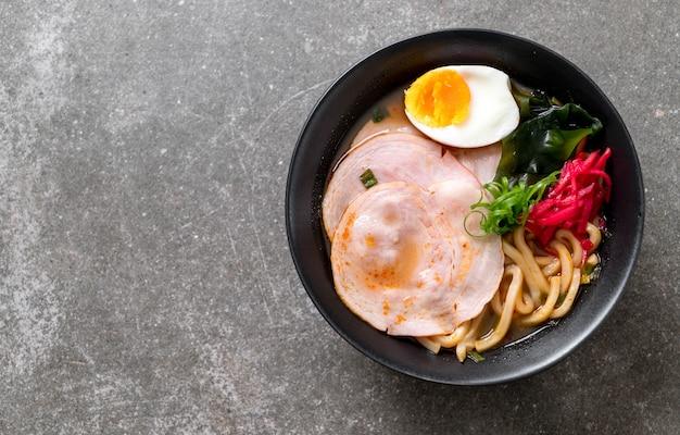 Pikantny makaron miso udon ramen z wieprzowiną