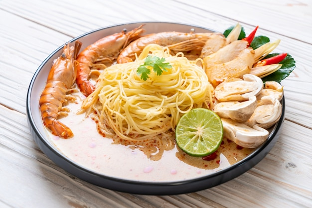 Pikantny makaron spaghetti z krewetkami (tom yum goong)