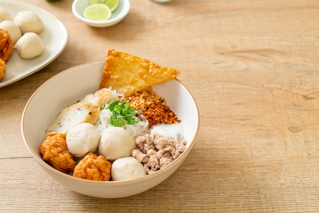 Pikantny mały płaski makaron ryżowy z kuleczkami rybnymi i kuleczkami krewetkowymi bez zupy. azjatycki styl żywności