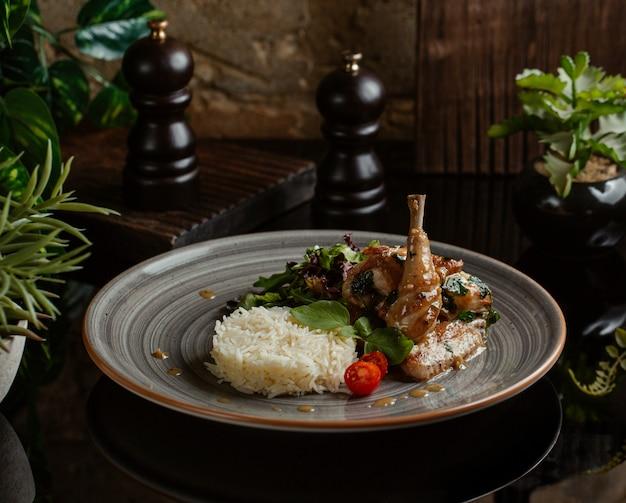Pikantny ryż ozdobiony smażonymi udkami z kurczaka i zielenią
