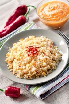 Pikantny ryż parzony z marchewką, żółtą cukinią i papryczkami chili