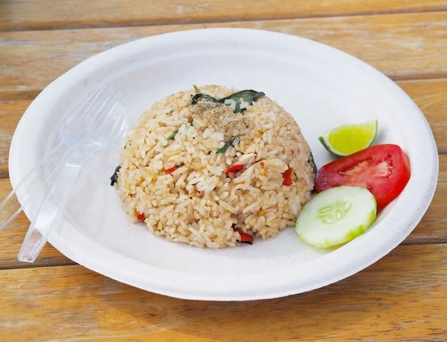 Pikantny ryż smażony na talerzu z recyklingu. tajski styl fast food.
