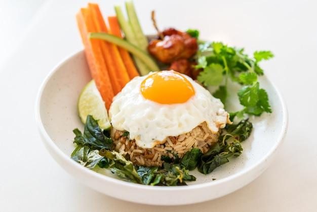 Pikantny ryż smażony z jajkiem sadzonym i warzywami