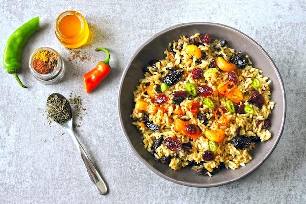 Pikantny ryż z suszonymi owocami. wegańska miska z pikantnym ryżem. zdrowy lunch