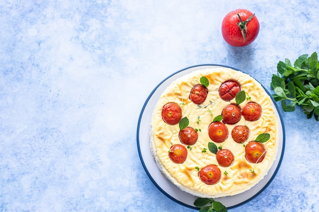 Pikantny sernik z pomidorami ozdobiony miętą