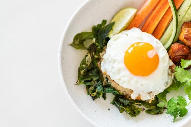 Pikantny smażony ryż z jajkiem sadzonym i warzywami