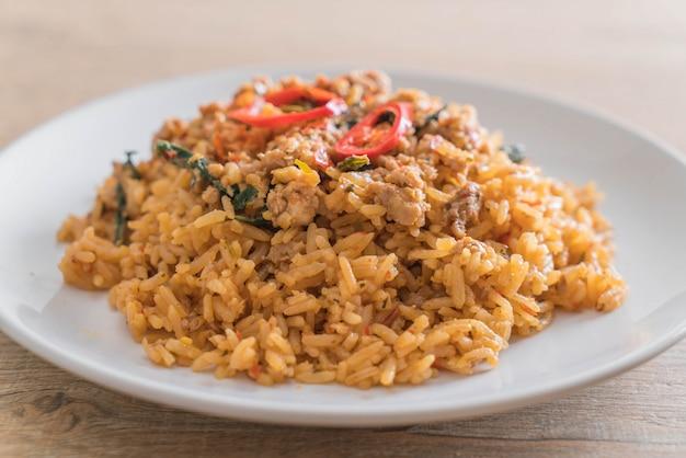 Pikantny smażony ryż z wieprzowiną i bazylią