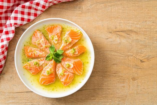 Pikantny świeży łosoś surowy w sosie sałatkowym z owoców morza