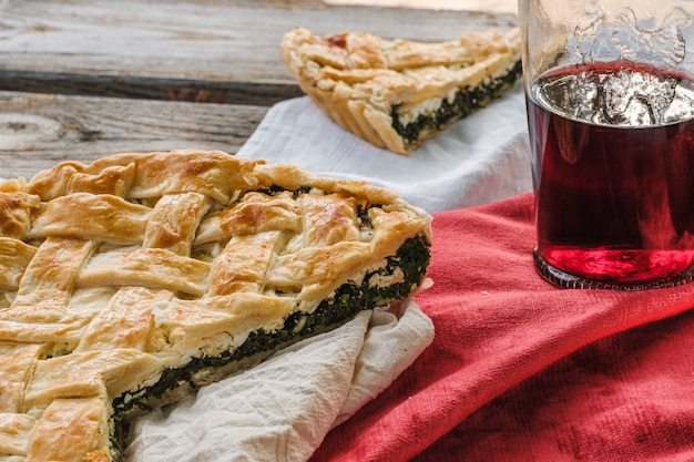 Piknik. ciasto i wino na stole