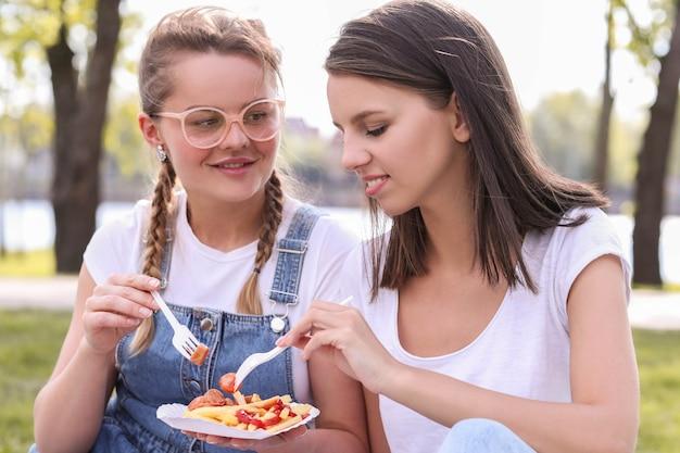 Piknik. kobiety w parku