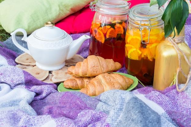 Piknik na świeżym powietrzu z herbatą i rogalikami