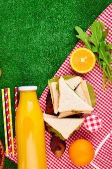 Piknik na trawie.