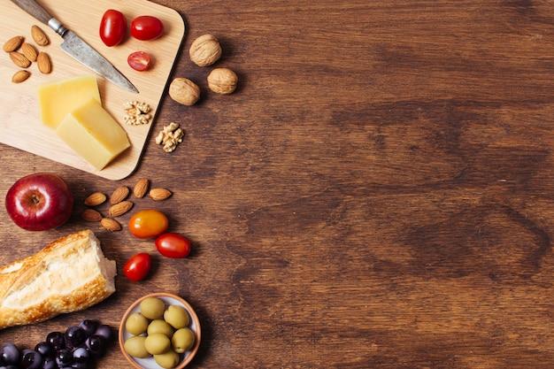 Piknik przysmaki na drewnianym tle z kopii przestrzenią