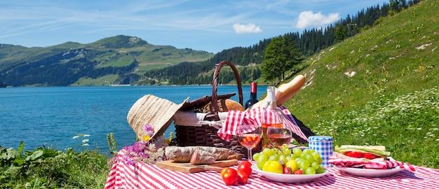Piknik we francuskich alpach z jeziorem, panoramiczny widok