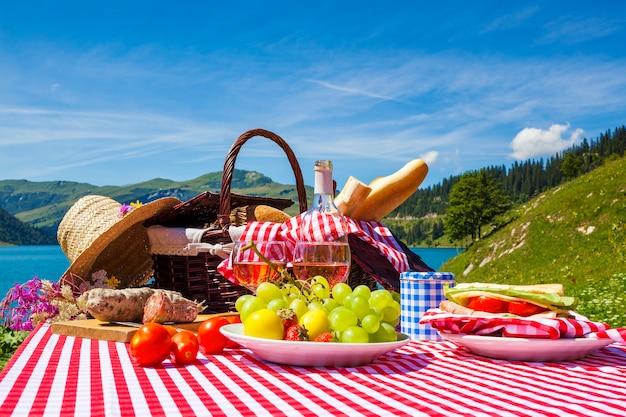 Piknik we francuskich alpejskich górach z jeziorem w tle