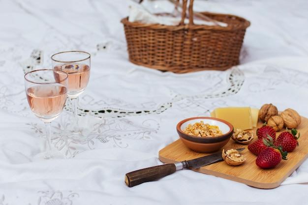 Piknik wysokiego kąta na białym arkuszu