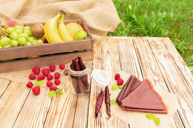 Piknik z dużą ilością jedzenia