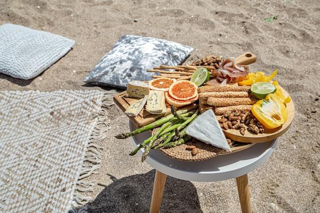 Piknik z pysznym pięknym jedzeniem na stole z bliska. koncepcja rekreacji na świeżym powietrzu.