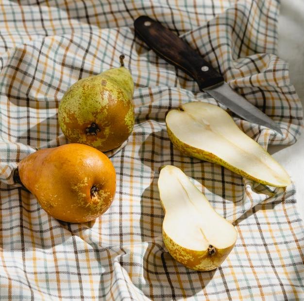 Piknikowa kompozycja smakołyków na kocu