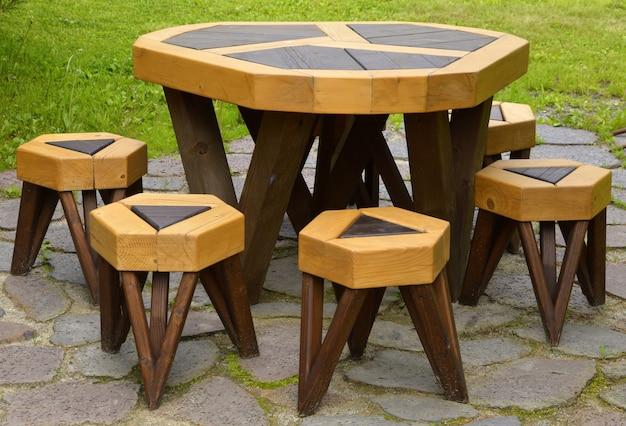 Piknikowe meble ogrodowe bez ludzi