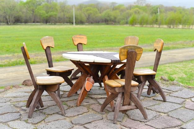 Piknikowy drewniany stół ogrodowy z krzesłami bez ludzi