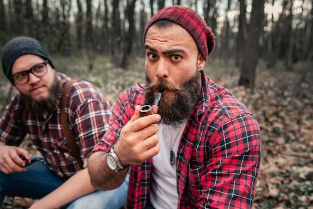 Piła łańcuchowa człowiek topór twardy lumberjack hipster