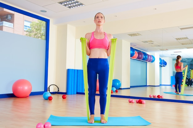 Pilates kobieta biceps ćwiczenia gumki