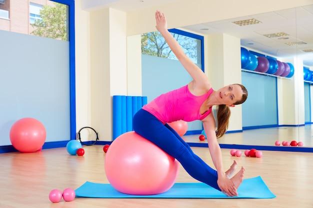 Pilates kobieta fitball swiss ball ćwiczenia treningu