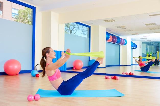 Pilates kobieta zwiastun ćwiczenia gumki