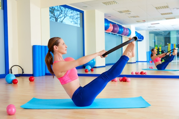 Pilates kobieta zwiastun magicznego pierścionku ćwiczenia trening
