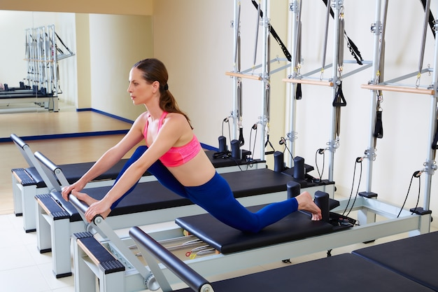 Pilates reformator kobieta przód dzielone ćwiczenie