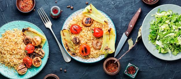 Pilaw, danie kuchni orientalnej. pilaw turecki z grillowanymi warzywami. pilaw na wschodzie. dania bliskowschodnie lub arabskie