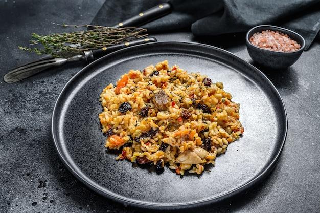 Pilaw ryżowy z jagnięciną i warzywami na talerzu