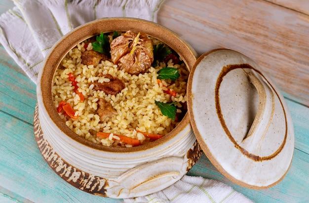 Pilaw ryżowy z jagnięciną, marchewką, czosnkiem i indyjskimi przyprawami.