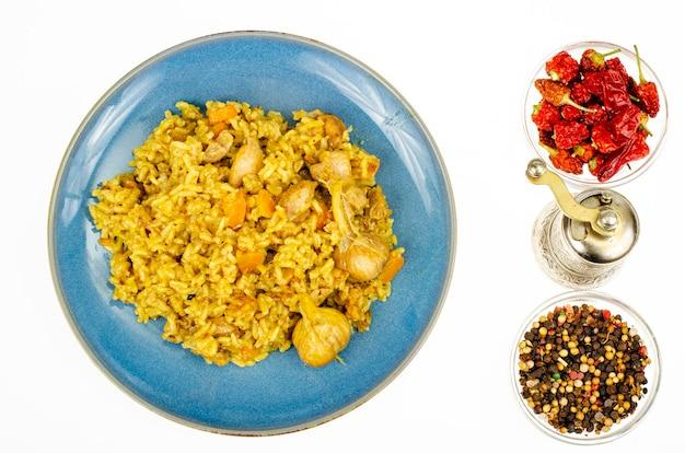 Pilaw z filetem z kurczaka. menu dietetyczne. zdjęcie studyjne.