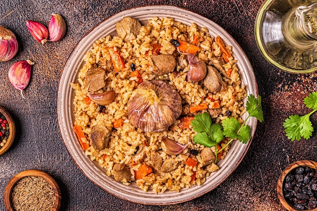 Pilaw z mięsem, warzywami i przyprawami, widok z góry.