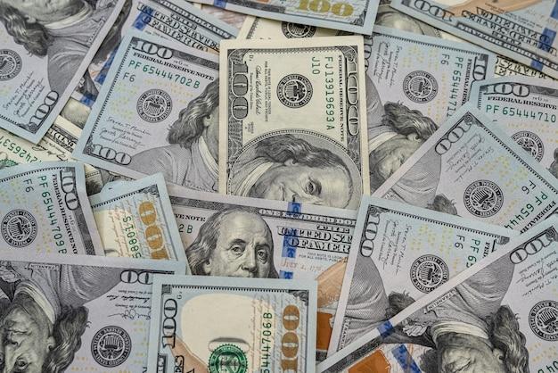Pile amerykańskich pieniędzy 100 dolarowych jako tło dla projektu