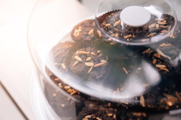 Pile brownies polewa z migdałów w szklanej pokrywie.