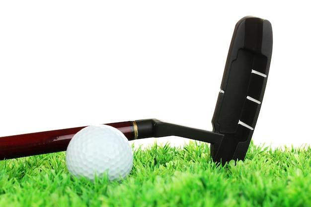 Piłeczka golfowa i kierowca na trawie na białym tle