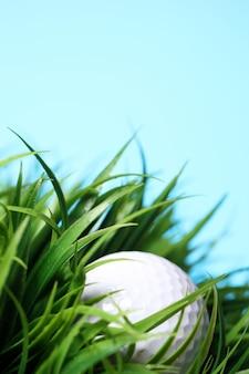 Piłeczki do golfa w trawie