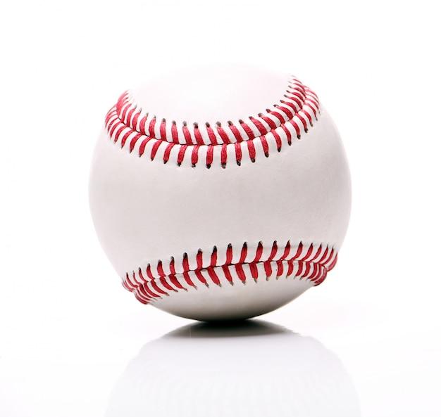 Piłka baseballowa na białym tle