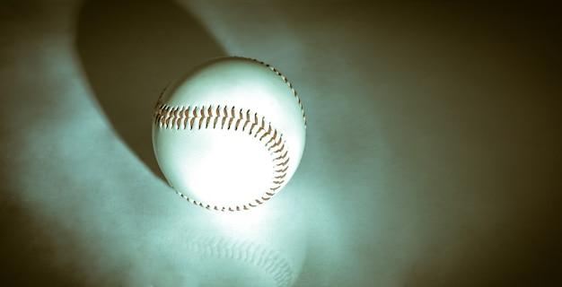 Piłka baseballowa z czerwonymi szwami .na białym tle