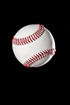 Piłka baseballowa zbliżenie na czarnej ścianie